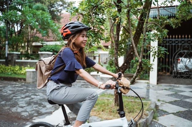 Jeunes femmes, équitation, plier, vélos, route