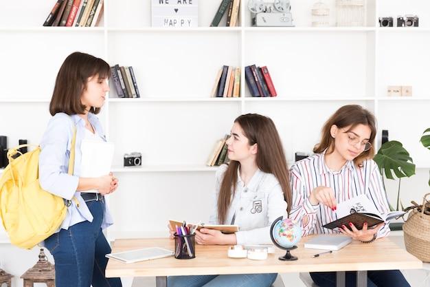 Jeunes femmes étudient en bibliothèque