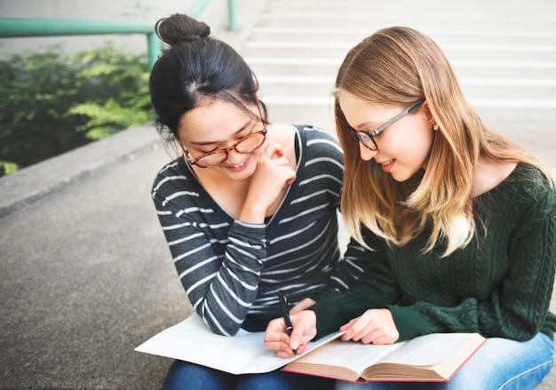 Les jeunes femmes étudient