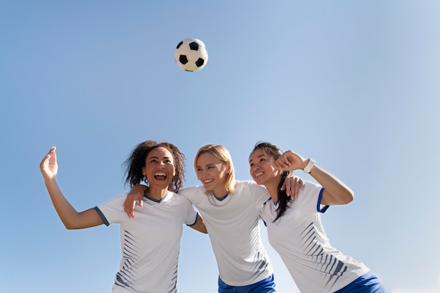 Jeunes femmes faisant partie d'une équipe de football