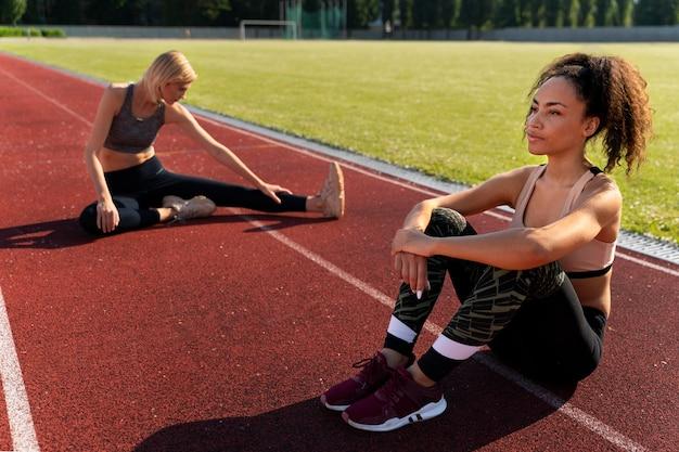 Jeunes femmes faisant une pause après avoir couru