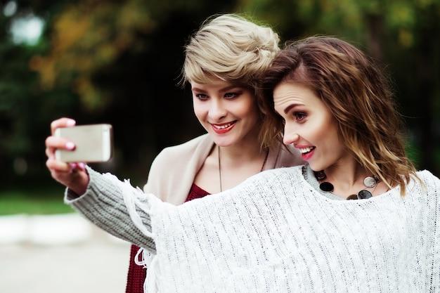 Jeunes femmes faisant selfie