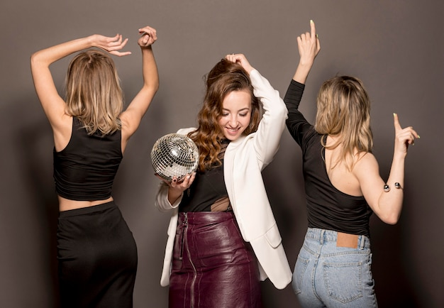 Jeunes femmes, à, fête, danse