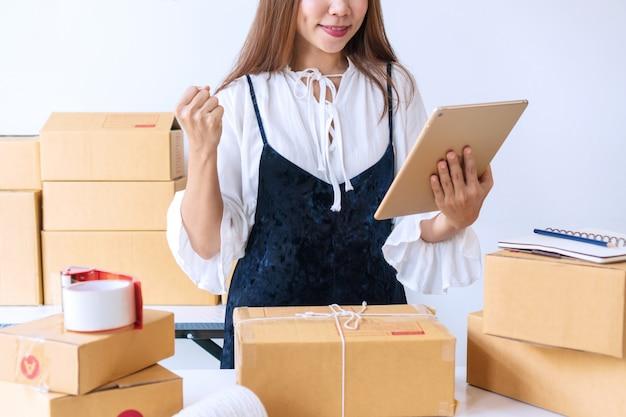 Jeunes femmes heureuses après avoir reçu une grosse commande du client