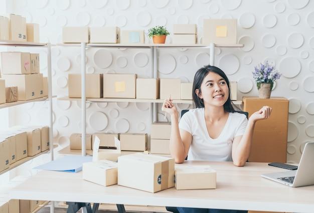 Jeunes femmes heureuses après une nouvelle commande du client, propriétaire d'une entreprise à la maison