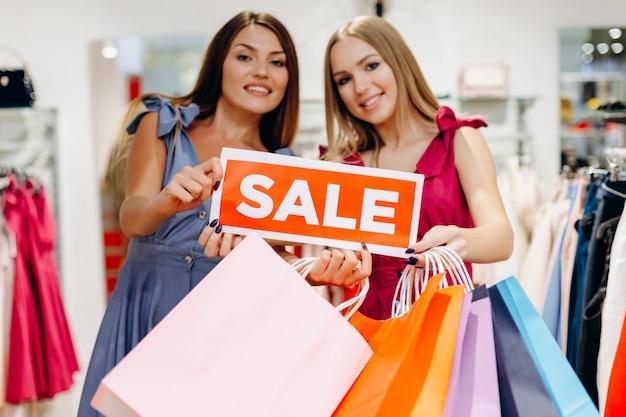 Des jeunes femmes heureuses car des réductions sont en magasin