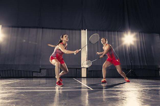 Jeunes femmes jouant au badminton au gymnase
