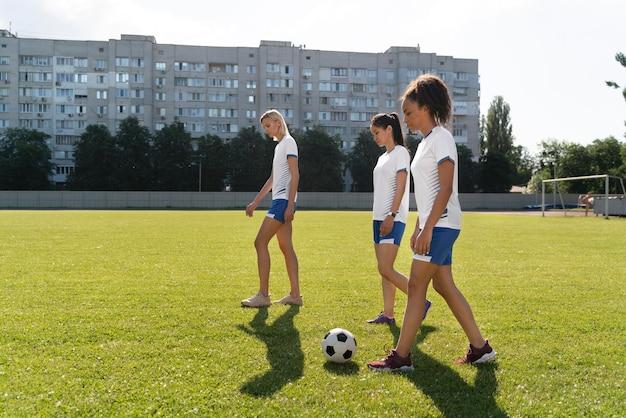 Jeunes femmes jouant au football