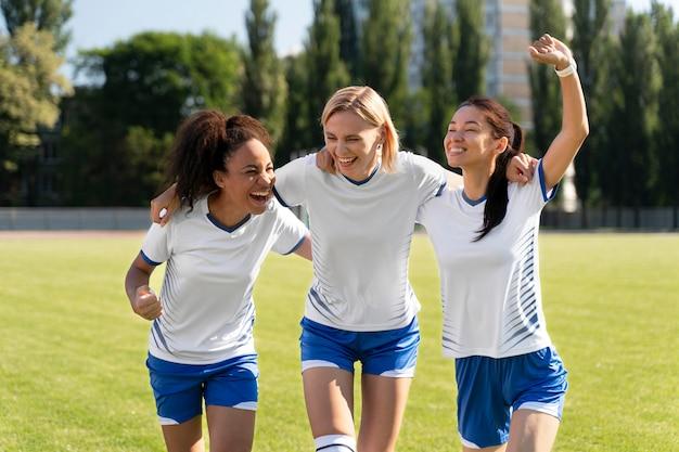 Jeunes femmes jouant dans une équipe de football