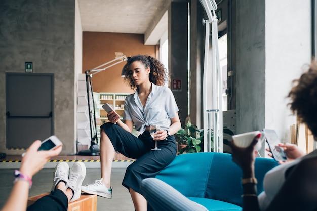 Jeunes femmes jouant avec smartphone et se détendre