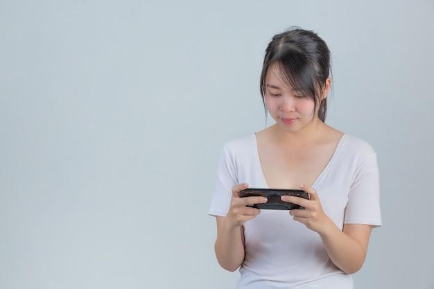 Jeunes femmes, jouer téléphones, dans, mur gris