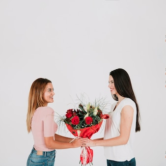 Jeunes femmes lesbiennes avec des fleurs
