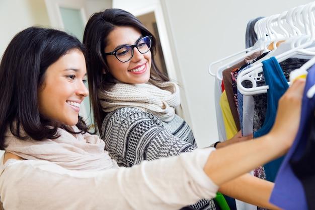 Les jeunes femmes en magasin de vêtements