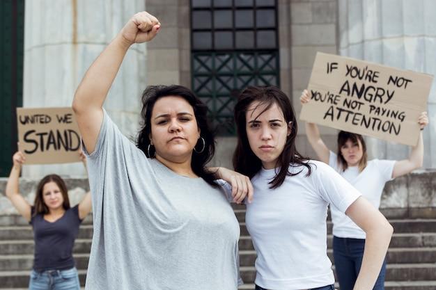 Jeunes femmes manifestant ensemble