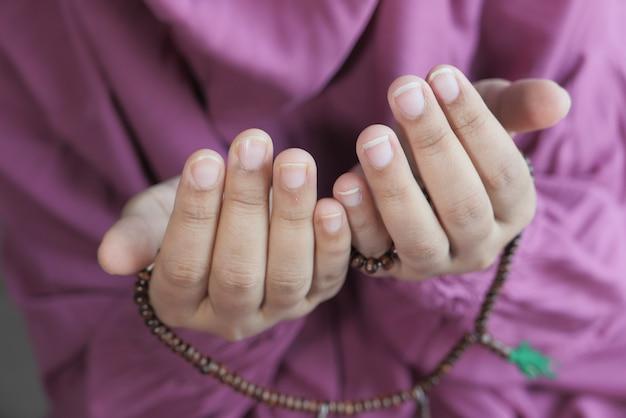 Jeunes femmes musulmanes priant pendant le ramadan