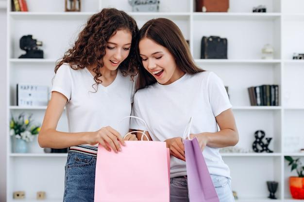Les jeunes femmes ont l'air surpris après avoir fait leurs courses