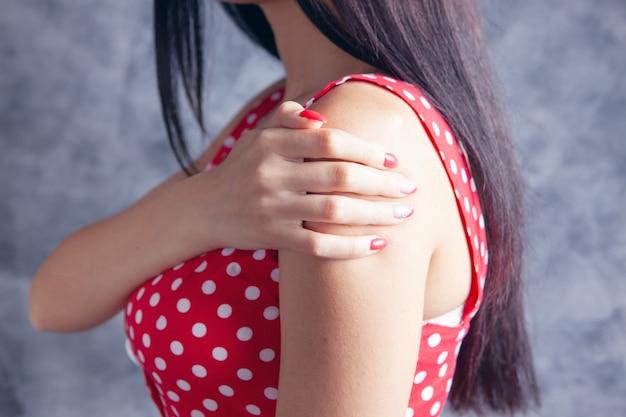 Les jeunes femmes ont mal à l'épaule