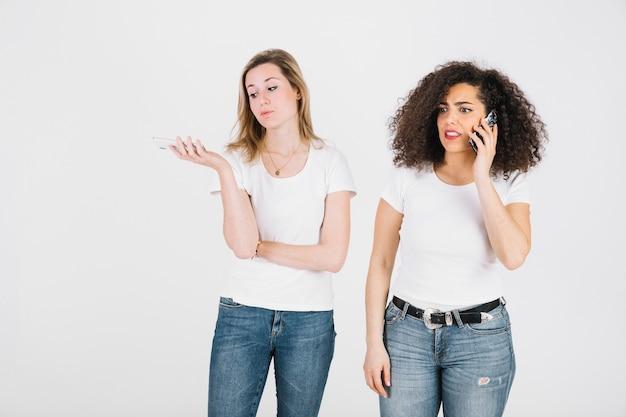 Jeunes femmes parlant sur les téléphones