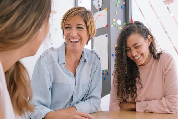 Jeunes femmes partageant et créant de nouvelles idées fraîches