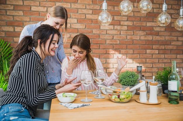 Jeunes femmes passent du temps ensemble