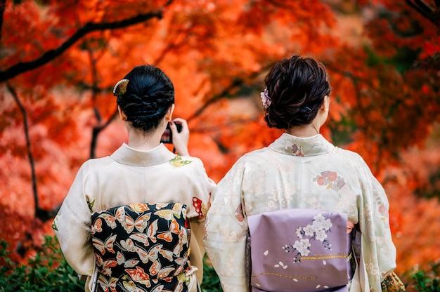 Les jeunes femmes portant un kimono japonais traditionnel