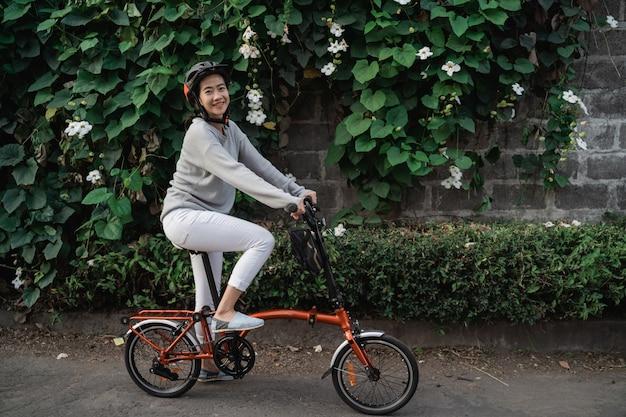 Les Jeunes Femmes Portent Des Casques Pour Faire Du Vélo Pliant Photo Premium