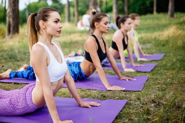 Jeunes femmes pratiquant le yoga en pleine nature