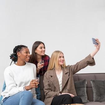Jeunes femmes prenant des selfies