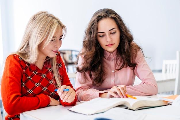 Jeunes femmes préparant un examen