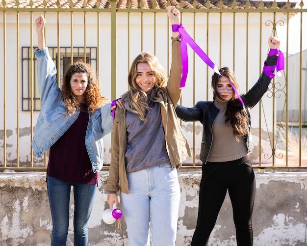Jeunes femmes protestant ensemble