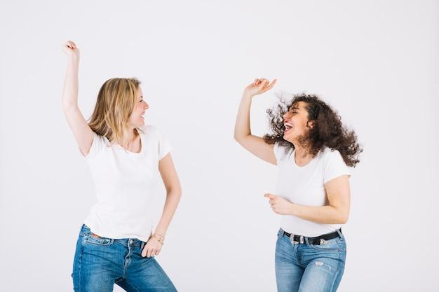 Jeunes femmes qui dansent activement