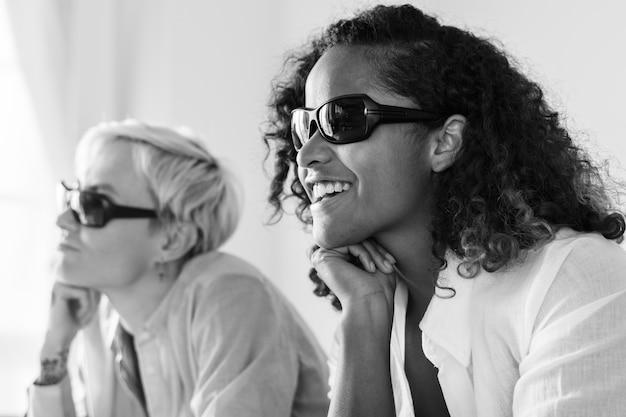 Jeunes femmes regardant un film en trois dimensions