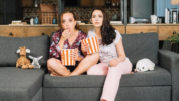 Jeunes femmes regardant la télévision