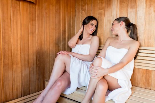 Jeunes femmes en sauna