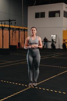 Les jeunes femmes sautant à la corde tout en faisant un exercice intense