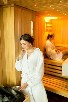 Jeunes femmes se détendre dans un sauna