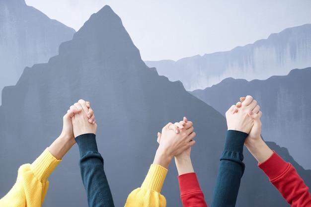 Jeunes femmes se tenant la main. notion d'amitié