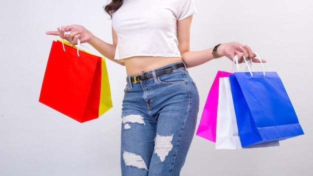 Jeunes femmes avec shopping sur blanc