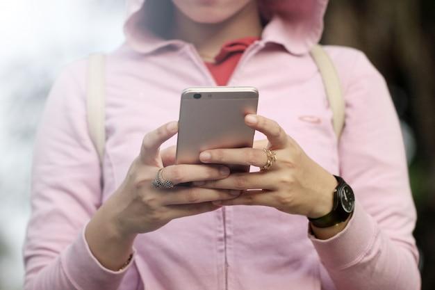 Les jeunes femmes sont occupées à utiliser un téléphone cellulaire