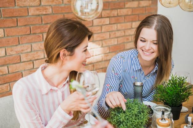 Jeunes femmes suspendues à la maison