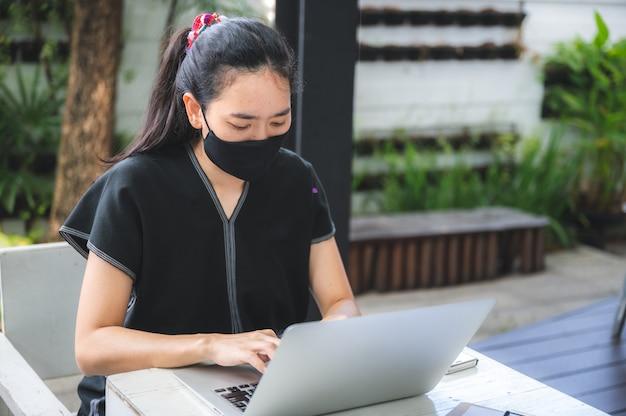 Jeunes femmes travaillant à domicile avec ordinateur portable