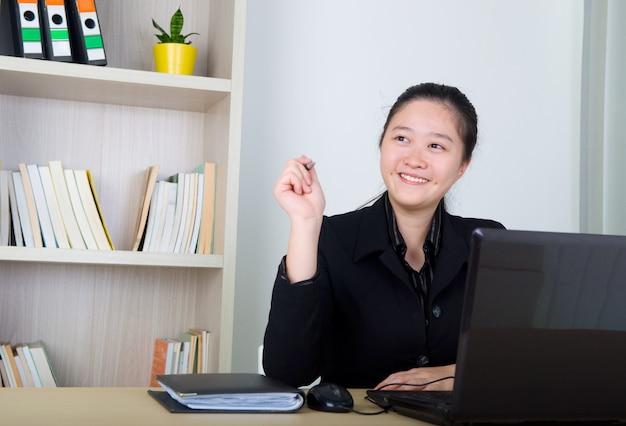 Jeunes femmes travaillant avec laktop après avoir réfléchi.