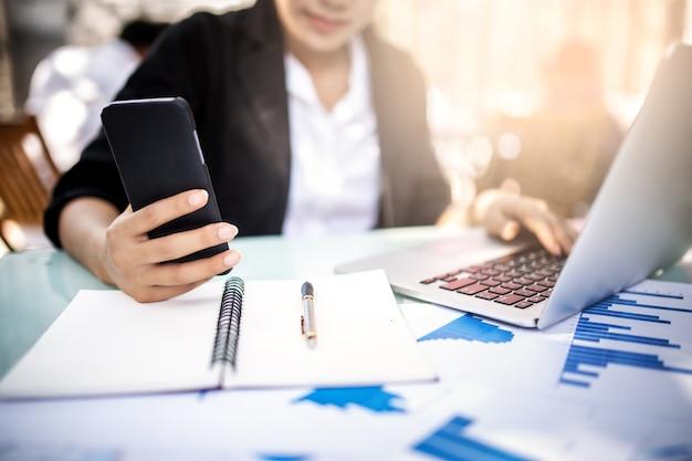 Jeunes femmes travaillant et utilisant un ordinateur