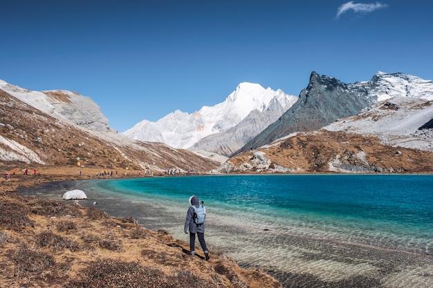 Jeunes femmes trekking au sommet du lac au lait dans la vallée de pointe