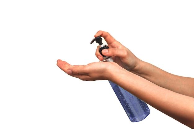 Les jeunes femmes utilisent un désinfectant pour les mains pour tuer les germes. isolé sur fond blanc