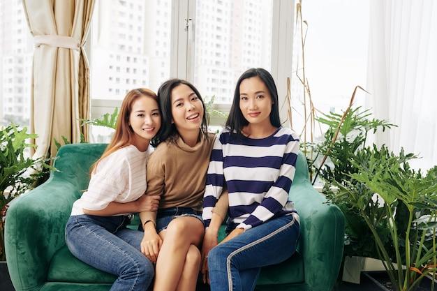Les jeunes femmes vietnamiennes assis dans une chaise confortable