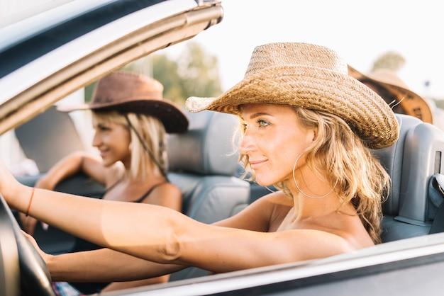 Jeunes femmes en voiture