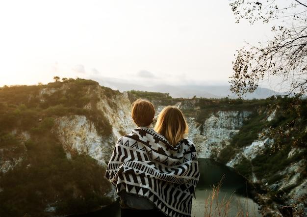 Jeunes femmes voyagent ensemble concept