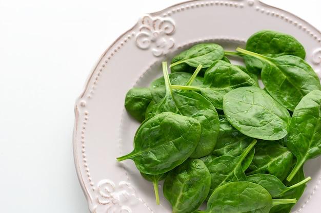 Jeunes feuilles d'épinards sur une assiette