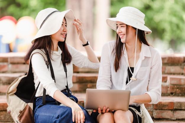 Jeunes filles et amis asiatiques voyageur en ville